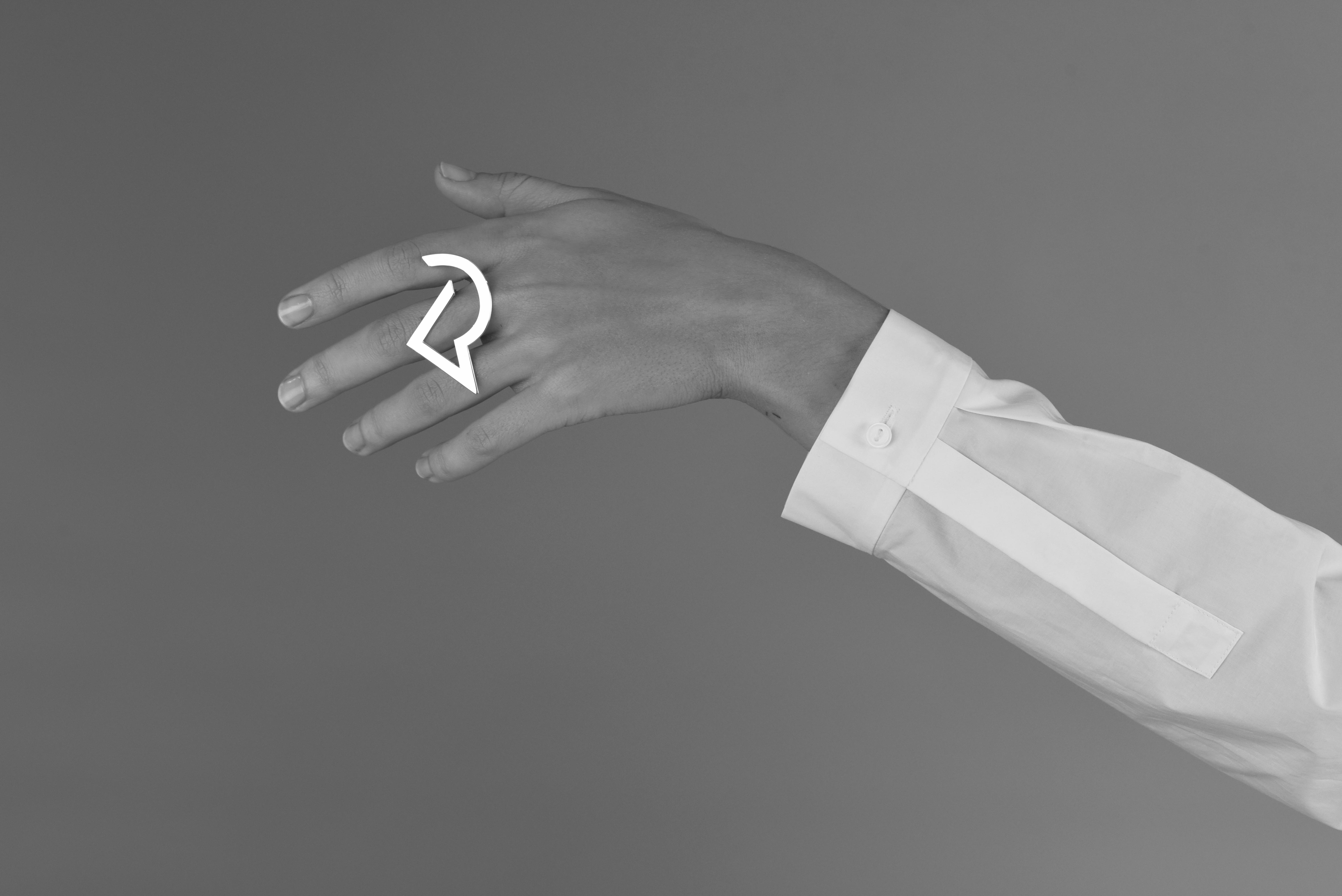 Sara Ingrid Anderssons skapande springer ur ett intresse för abstrakt konst, mode, smyckekonst, psykologi och vårt samhälle. Framförallt är det kroppen som står i fokus och hur vi genom den relaterar till oss själva och varandra. Undersökningen av identitet och relationer människor emellan är ett återkommande ämne. Sara skapar i en vidd av olika material och tekniker i formen installation vilket kan beskrivas som rumslig gestaltning. Under signatur SA SIRA skapar Sara Ingrid Andersson också bärbara silversmycken i en mer traditionell smyckekontext. Utställningen i Binnebergs Tingshus består av två delar, en installation och en presentation av SA SIRAs silversmycken. 2010 tog Sara kandidatexamen i modedesign på Textilhögskolan i Borås och arbetade sedan som kläd- och skodesigner under några år innan hon bestämde sig för att hoppa av det tåget och följa sitt hjärta ännu en gång. Sedan hösten 2013 studerar Sara smyckekonst på Högskolan för Design och Konsthantverk i Göteborg, i maj 2016 tar hon sin masterexamen.